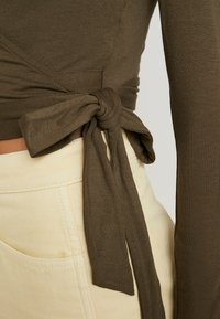 Glamorous - T-shirt à manches longues - khaki - 4