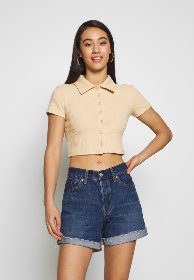 GLAMOROUS CARE CROP - T-shirts basic - camel