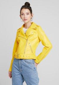 Glamorous - Imitert skinnjakke - yellow - 0