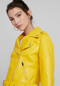 Glamorous - Imitert skinnjakke - yellow - 4