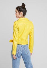 Glamorous - Imitert skinnjakke - yellow - 2