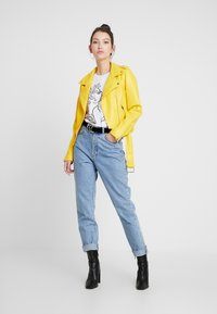 Glamorous - Imitert skinnjakke - yellow - 1