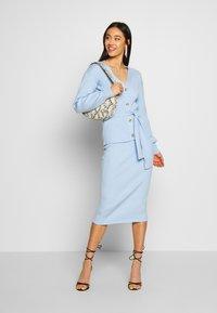 Glamorous - SLOUCHY CARDIGAN WITH BELT - Cardigan - light blue - 1