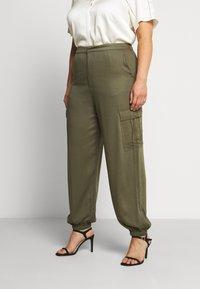 Glamorous Curve - COMBAT TROUSER - Kalhoty - light khaki - 0