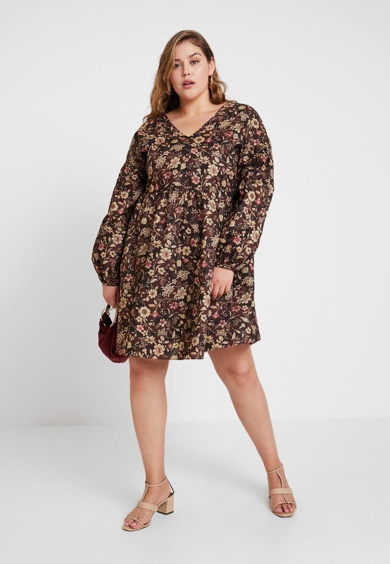 Glamorous Curve - V NECK MINI DRESS - Freizeitkleid - brown