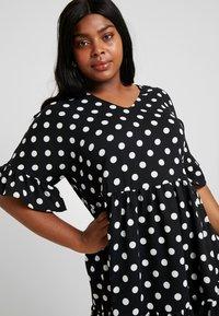 Glamorous Curve - MONOCHROM TIRED POLKA DOT DRESS - Denní šaty - ladies dress tiered - 3