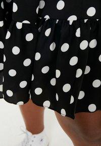 Glamorous Curve - MONOCHROM TIRED POLKA DOT DRESS - Vapaa-ajan mekko - ladies dress tiered - 5