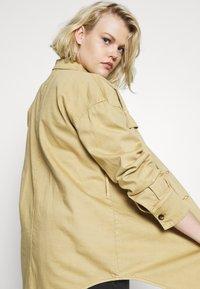Glamorous Curve - TIE WAIST SHACKET - Denim jacket - ivory - 5