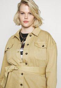 Glamorous Curve - TIE WAIST SHACKET - Denim jacket - ivory - 3