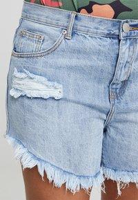 Glamorous Curve - GLAMOROUS CURVE - Denim shorts - light blue - 5