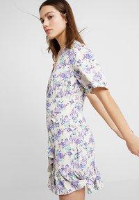 Glamorous Petite - DITSY DRESS - Freizeitkleid - cream/lilac - 3