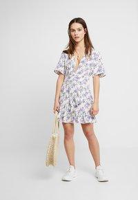 Glamorous Petite - DITSY DRESS - Freizeitkleid - cream/lilac - 1
