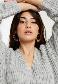 Glamorous Petite - V NECK DRESS - Strikket kjole - light grey marl - 4