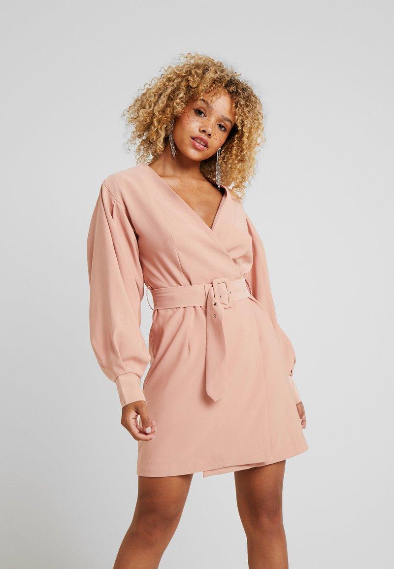 Glamorous Petite - BELTED MINI - Denní šaty - nude