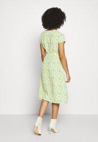 Glamorous Petite - DITSY WRAP DRESS - Korte jurk - yellow - 3