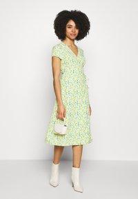 Glamorous Petite - DITSY WRAP DRESS - Korte jurk - yellow - 1