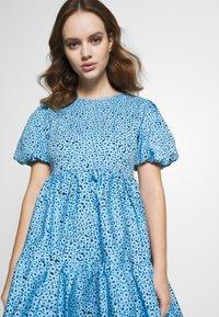 Glamorous Petite - FLORAL SMOCK PUFF SLEEVE DRESS - Hverdagskjoler - blue - 3