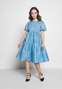 Glamorous Petite - FLORAL SMOCK PUFF SLEEVE DRESS - Hverdagskjoler - blue - 1
