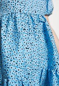 Glamorous Petite - FLORAL SMOCK PUFF SLEEVE DRESS - Hverdagskjoler - blue - 6