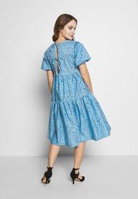 Glamorous Petite - FLORAL SMOCK PUFF SLEEVE DRESS - Hverdagskjoler - blue - 2