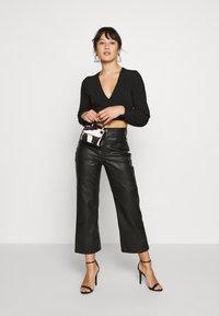Glamorous Petite - EXCLUSIVE LONGSLEEVE WRAP TOP PETITE - Langarmshirt - black - 1