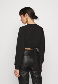 Glamorous Petite - EXCLUSIVE LONGSLEEVE WRAP TOP PETITE - Langarmshirt - black - 2