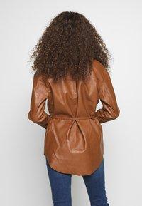 Glamorous Petite - Lett jakke - brown - 2