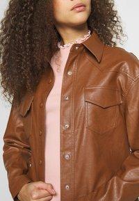 Glamorous Petite - Lett jakke - brown - 5