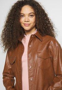 Glamorous Petite - Lett jakke - brown - 3