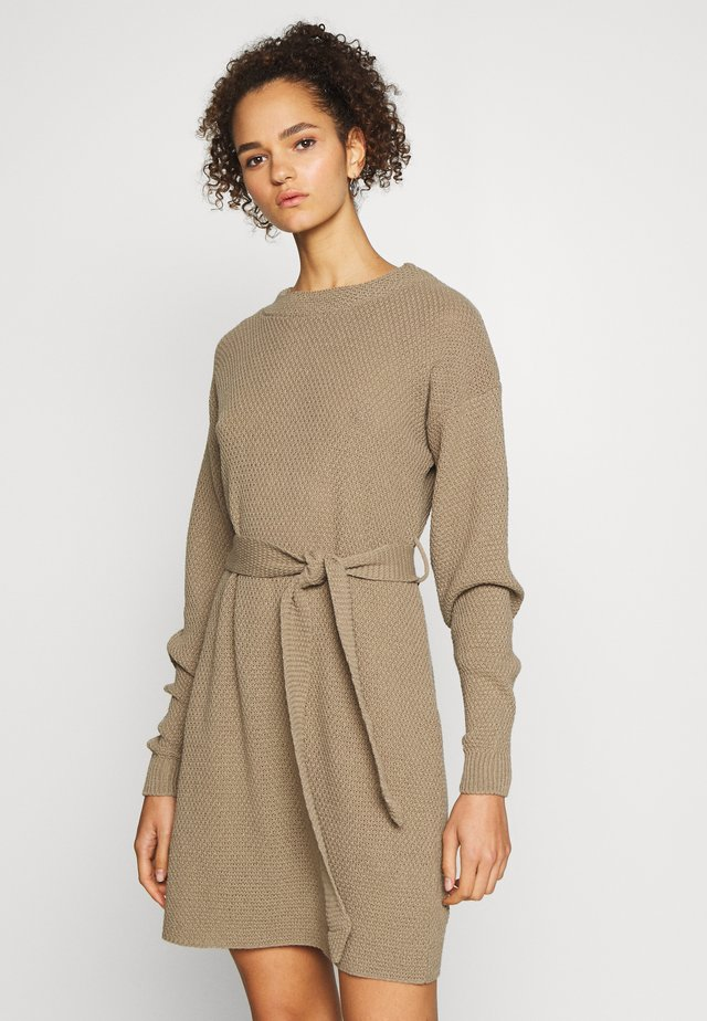 TIE WAIST JUMPER DRESS - Strikket kjole - light brown