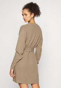 Glamorous Tall - TIE WAIST JUMPER DRESS - Jumper dress - light brown - 2