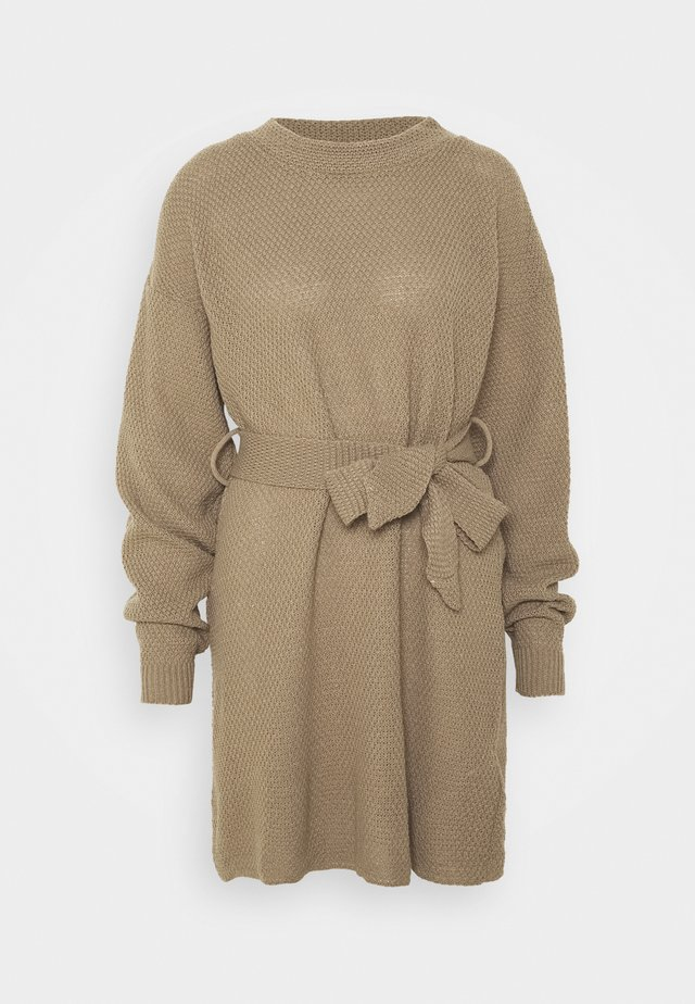 TIE WAIST JUMPER DRESS - Gebreide jurk - light brown