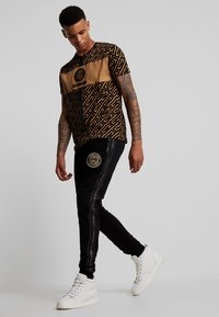 Glorious Gangsta - YAKUZA JOGGERS - Pantaloni sportivi - black - 1