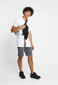 Glorious Gangsta - HATHI - T-shirt imprimé - white - 1