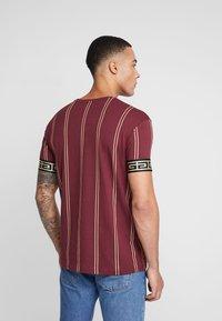 Glorious Gangsta - VERBAN LOGO - Camiseta estampada - burgundy - 2