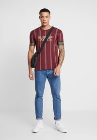 Glorious Gangsta - VERBAN LOGO - Camiseta estampada - burgundy - 1