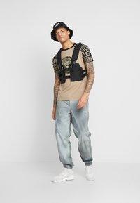 Glorious Gangsta - NAPOLI - T-shirt z nadrukiem - sand - 1
