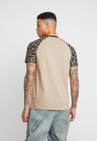 Glorious Gangsta - NAPOLI - T-shirt z nadrukiem - sand - 2