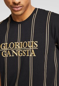 Glorious Gangsta - VERBAN VERTICAL STRIPE - Print T-shirt - black - 5