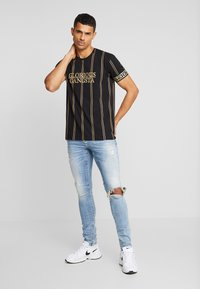 Glorious Gangsta - VERBAN VERTICAL STRIPE - Print T-shirt - black - 1