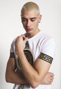 Glorious Gangsta - ENVY  - T-shirt con stampa - white - 3