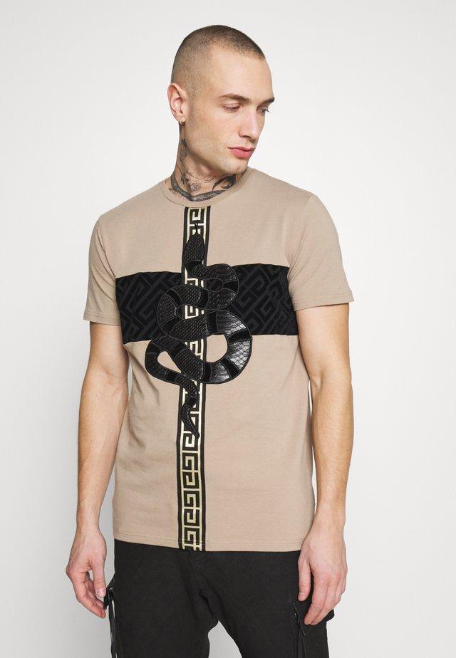 NIKOS - T-shirt med print - sand