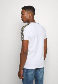 Glorious Gangsta - VASILI  - T-shirt z nadrukiem - white - 2