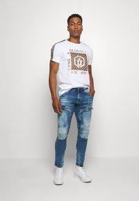 Glorious Gangsta - VASILI  - T-shirt z nadrukiem - white - 1