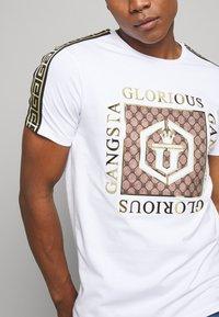 Glorious Gangsta - VASILI  - T-shirt z nadrukiem - white - 5