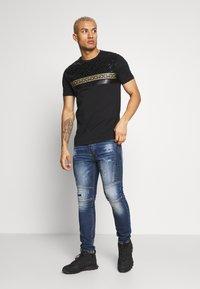 Glorious Gangsta - KOSTAS - T-shirt imprimé - black - 1