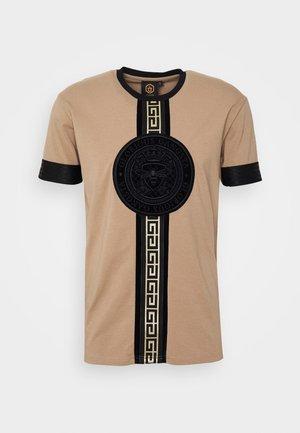 DAKOTA - Print T-shirt - dark sand