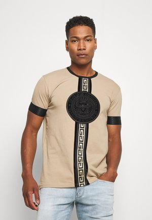 DAKOTA - Print T-shirt - dark sand