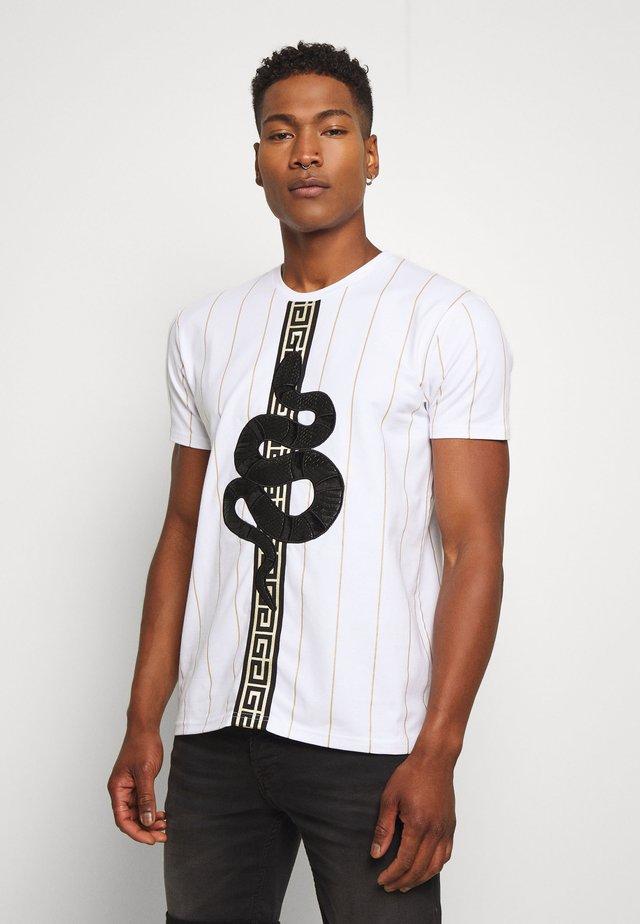 LUCHESSE - T-shirt med print - white