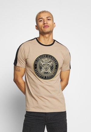 MERCY  - T-shirt z nadrukiem - sand